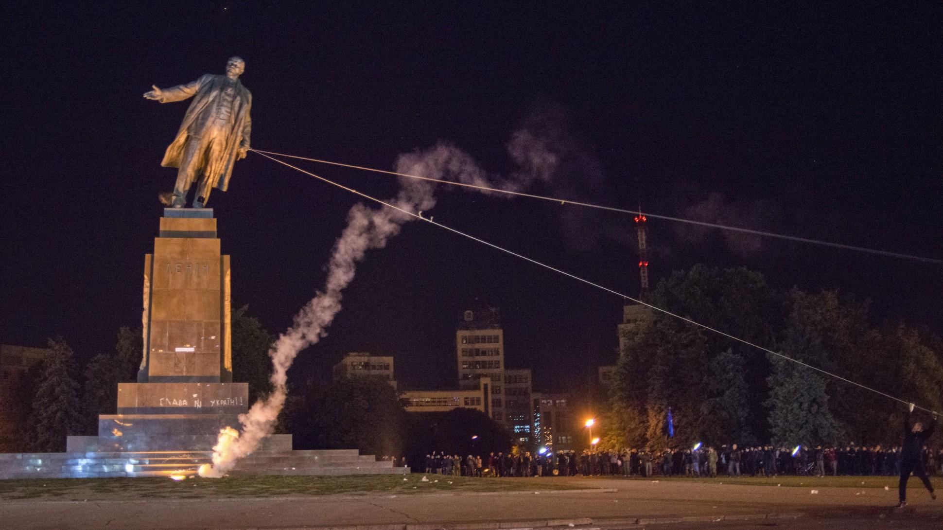 Statue of Lenin is toppled in Ukraine